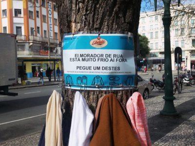 Brechó cria árvore solidária  para moradores de rua