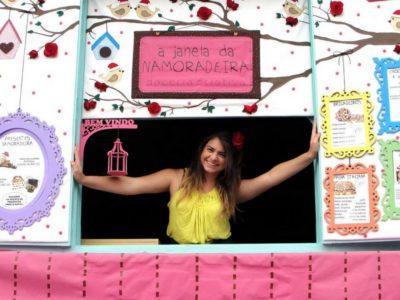 É da janela do quarto que ela vende doces