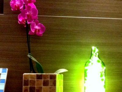 Luminária com pisca pisca de natal. Um Plano B para garrafas usadas