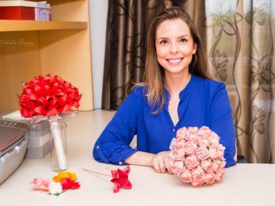 A artista que encanta com buquês de flores de origami