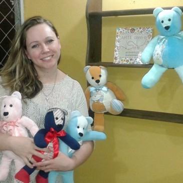 A fisioterapeuta que transforma roupa de bebê em ursinho