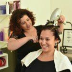 Descobriu o talento para ser cabeleireira ao fazer um curso para cuidar do próprio cabelo