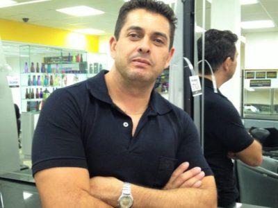 Demitido por causa da crise, o metalúrgico se tornou professor em curso de cabeleireiro