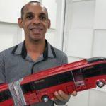 Formado em ciência da computação produz miniaturas de ônibus e caminhões