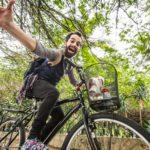 Ator conta histórias percorrendo ruas de Curitiba em uma bicicleta