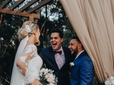 O jornalista continua contando histórias, mas histórias de amor como celebrante de casamentos